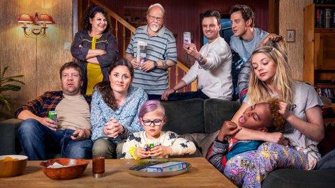 NRK har fått med et stjernelag av unge og voksne skuespillere i den nye serien «Familien Lykke». Kalle Øby (i midten bak) spiller familiens bestefar.