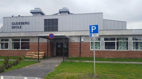 En ansatt ved Gudeberg skole har fått påvist koronaviruset.