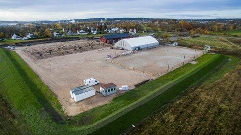 Fredrikstad ridesenter på Bekkevold skal bygges ut for inntil 73 millioner kroner. Til tross for den vanskelige økonomiske situasjonen skal utbyggingen foregå som planlagt.