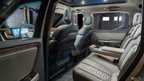 BAK: Slik ser det ut i baksetet på el-pickupen Rivian R1T. Kanskje er det din drømme-elbil i 2021? Den er i alle fall én av de fire heftigste, helelektriske nyhetene som kommer på markedet neste år.