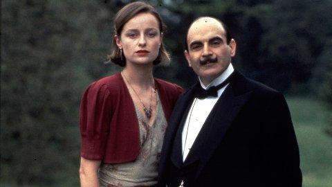 Dette bildet er fra filmen«Hercule Poirot's Christmas» som på norsk heter   «Guds kvern maler langsomt». Skjermdump