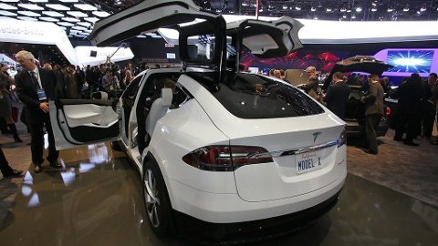 Tesla X er den hittil største og dyreste modellen til Tesla. Bilen skiller seg ut med sine karakteristiske måkevingedører bak. Foto: Car Culture/Corbis (All Over Press)