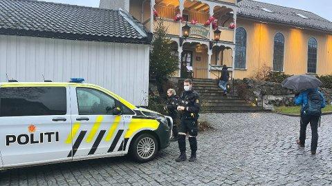 Politiet er på plass i Drøbak sentrum lørdag. Det blir gjennomført åstedsundersøkelse i julehuset etter innbrudd.