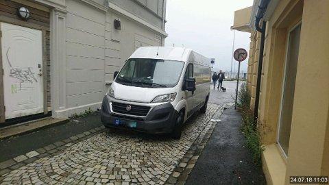 En parkering få kan måle seg mot! Ikke bare er bilen parkert mot kjøreretningen, men den stenger gaten så effektivt at knapt nok en sykkel kan passere! (Foto: Bymiljøetaten i Bergen kommune)