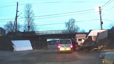 Deler av skapet på lastebilen ligger i grøfta. Lastebilen var på vei mot Greåkerveien. (Foto: Tobias Nordli)