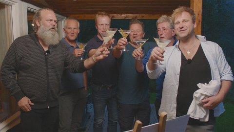 LAKS OG GIN: Gin-gründer Stig Bareksten (t.v.) og kunstner Vebjørn Sand (t.h.) blir med på tur med «Gutta på tur», Vegard Ulvang, Bjørn Dæhlie, Arne Hjeltnes og Arne Brimi, denne uken.