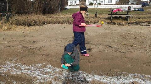 FLINKE BARN: Leo Alexander på (6) og Marie Alette (8) skulle bygge sandslott på strande, men endte med å bruke lufteturen på første hjemmeskoledag med å rydde plastkuler ved Andersenslippen i Vikane i stedet.