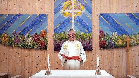 Ny situasjon. Snart kan Tore Schwartz Olsen ønske velkommen til åpne gudstjenester igjen. Dette bildet er fra Kjølstad kirke.