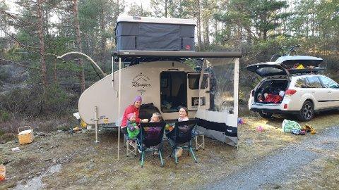 NATURNÆRT: Familien Kayser-Husbyn har vært på flere eventyr med sin lille reisevogn, en Hero Camper, siden anskaffelsen i fjor vår. - Vi ønsket oss en løsning som tvang oss til å tilbringe så mye tid utenfor vognen som mulig, forteller familiefar Jørgen Dølvik Husbyn. Foto: Privat