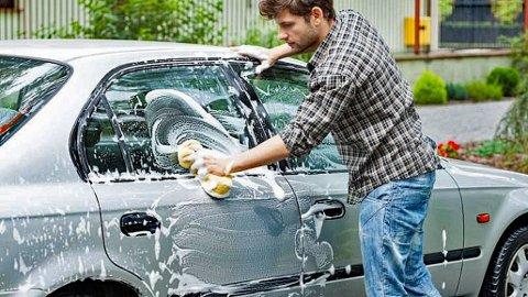 Mange synes bilvasken er en trivelig jobb, men flere steder er det faktisk forbudt å vaske bilen hjemme. Illustrasjonsbilde.