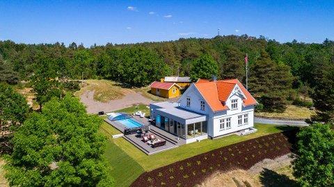 På pristoppen: Eiendommen ligger i Onsøy og er på 39 mål. Den består av mye skog. Huset er opprinnelig fra starten av 1900-tallet, men er bygd ut og pusset opp.
