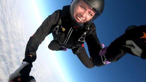 Høyt oppe: Kristin Døvre hadde drømt om fallskjermhopping hele sitt liv da hun tok sitt første hopp i 2016. Nå kan du se henne og flere dale fra himmelen over Fredrikstad.