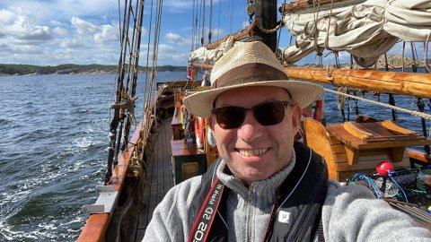 Reiselivsforfatteren og journalisten Odd Roar Lange har besøkt Fredrikstad og Hvaler og ble begeistret. Her på vei til Hvaler i treskute.
