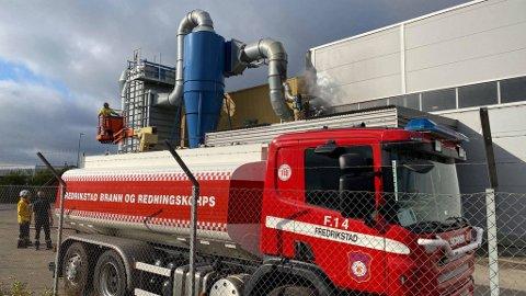 Brannen ble slukket raskt. Både brannvesen, politi og ambulanse dro til bedriften på Øra.