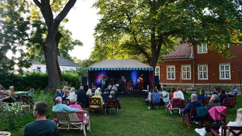 Slik så det ut da Valkyrien Allstars spilte utendørs på Gamlebyen kulturhus i sommer. Nå blir det konserter på kulturhuset gjennom høsten, selv om det egentlig var planlagt å holde stengt ut året.