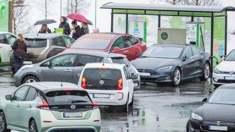 KØER: Årets sommer har vært en skikkelig test for ladenettverket i Norge, svært mange har vært på ferietur med elbil. Det har også gitt køer mange steder.