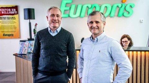 Espen Eldal (t.v.) i Europris mener at butikkene i de ti nedstengte kommuner bør få holde åpent. Her sammen med kommersiell direktør Jon Boye Borgersen. Foto: Geir A. Carlsson