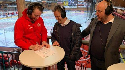 Her signerer Filip Gunnarsson (til venstre) ny kontrakt.