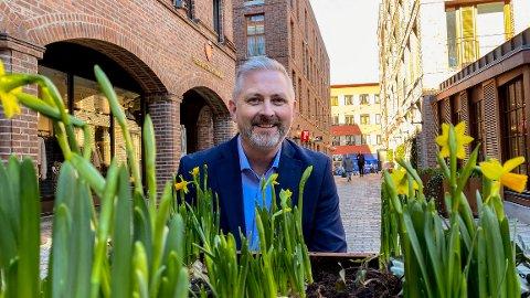 Per-Erik Torp (42) skal lede utviklingen av både sentrum og resten av Fredrikstad inn i fremtiden. Her er han på Nygaardsplassen, som har fått mye ros, både lokalt og nasjonalt.