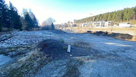 Brannruinen er borte og stedet er planert ut. Det er uvisst hva tomta skal brukes til i fremtiden.