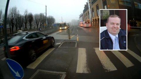 FARLIG: Da bussjåføren stoppet for en fotgjenger i overgangsfeltet ved rutebilstasjonen valgte taxi-sjåføren bak en ulovlig forbikjøring. - Siden jeg har buss så er det umulig for taxien å se om det er noen i gangfeltet, sier Jan Vidar Stenhaug, som ble sittende med hjertet i halsen etter hendelsen.