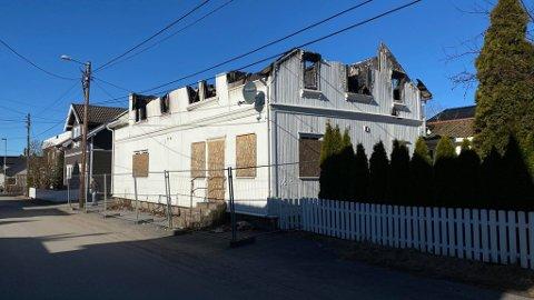 Sånn står brannruinen i dag. Restene av taket er fjernet. Nå har eier fått pålegg om å rive og fjerne restene av bygningen.