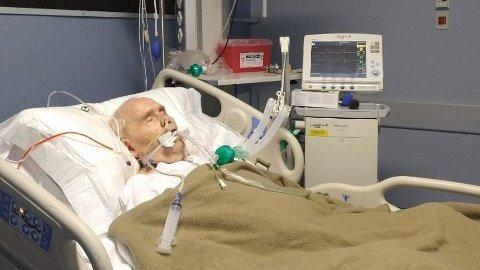 Arne Benjaminsen (80), som nettopp har vært gjennom et flere måneders sykehusopphold på grunn av koronasmitte, lider også av uhelbredelig kreft og er koblet til en respirator etter at han ble innlagt på sykehuset 23. februar i år. Foto: Privat