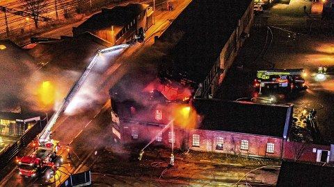 Slik så det ut da det brant i den gamle Vatvedt-gården 11. februar 2020.