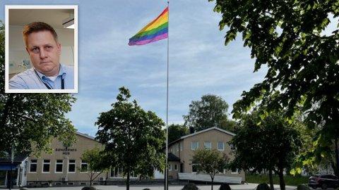 Slik skal det egentlig se ut på flaggstangen i Råde sentrum. Tirsdag var flagget borte. – Dette kommer vi til å anmelde, og vi gir oss ikke, sier ordfører René Rafshol.