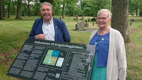 President Tove Nygren og prosjektleder Bernt Børresen fra Gamlebyen Rotaryklubb viser frem det nye infoskiltet ved Krigskirkegården.