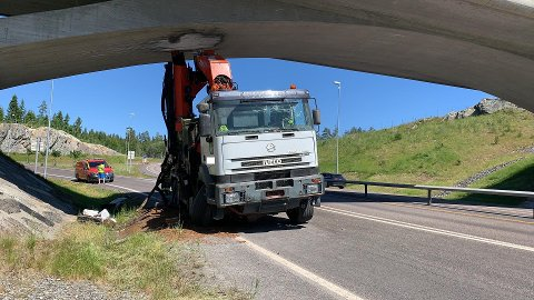 Sjåføren hadde smerter i ryggen etter sammenstøtet med broa. Han er nå fraktet til Kalnes.