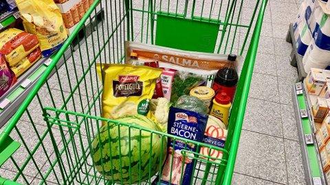STORE PRISFORSKJELLER: Det er mye rimeligere å kjøpe varene hos Kiwi enn  Extra. (Foto: Lena-Christin Kalle.)