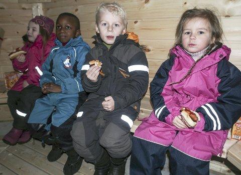 Koste seg: Isabella Halland Paulsen (5), Omar Mballow (5), Aksel Sundby (5) og Mie Andersen Ødegård (5) koste seg med mat i den nye grillhytten.