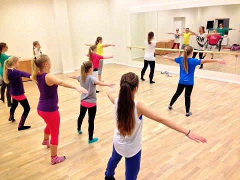 Danseelever: To av kulturskolens dansegrupper forbereder seg til søndag sammen med lærerne Monica Svensson og Kristine Hansen. Alle foto: Privat