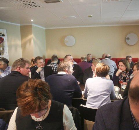 STOR INTERESSE: Omkring 50 personer fra lokalt næringsliv hadde tatt veien til Grand for å få med seg Indeks Nordland.