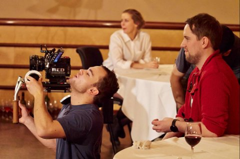 Stian Flåten til venstre og Andreas Barø til høyre lager musikkvideoen.