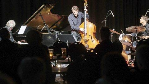 EN GANG I MÅNEDEN: En gang i måneden i snitt forsøker Narvik Jazzklubb å arrangere konsert i Narvik. Onsdag kveld var det Vigleik Storaas trio som sto på scenen i Mørkholla. Alle foto: Kristoffer Klem Bergersen