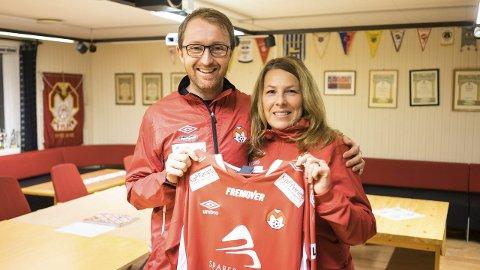 Presentert: Stian Johnsen ble ønsket velkommen som hovedtrener i klubben av Nina Holthe torsdag kveld. Foto: Andreas Haakonsen