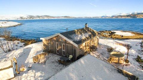 Denne beliggenheten gjorde at mange var interessert i hytten. Den har tre soverom, innlagt vann og avløp og vei helt frem. Den ble solgt over takst.