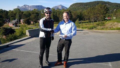Stein Iversen, deleselger hos Sommerseth, syklet et stabilisatorstag til Nord Salten Auto og Mads Valle.