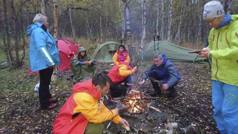 BÅL: Hver kveld var deltakerne samlet rundt bålet for å snakke om dagen og ha det sosialt sammen. Foto: Roar Teibakk