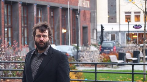 Direktør på Narviksenteret, Eystein Markusson er frustrert over kuttene i avganger mellom Evenes og Bodø.