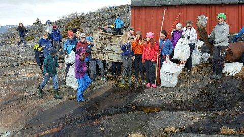 Elevene på Håkvik skole fant litt av hvert under strandryddingen. De var ikke videre imponert over hva voksne har kastet.