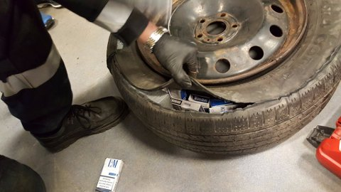 - Sigarettene var gjemt overalt i bilen, skriver Tolletaten på Twitter.