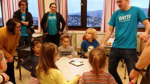 FLINKE HJELPERE: Studentene forklarte godt hva de minste skulle gjøre for å få strøm i lyuspæra.