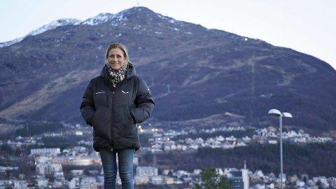 FJELLKVINNEN: – Jeg pleier egentlig å si at «det er mitt fjell», sier Jeanette Kristine Friis lett leende, mens hun skuer ut over sin enorme arbeidsplass i bakgrunnen.
