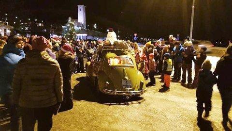 Julenissen kom kjørende til julegrantenninga i Bjerkvik - i ei gammel boble.