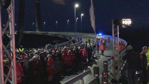 RYKKET UT: Da politiet fikk melding om to bevæpnede personer på Øyjord-siden av brua, rykket de ut over Hålogalandsbrua - midt under åpningsarrangementet.