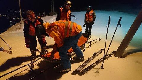 PÅ TOPP: Her gjør de seg klare for å frakte ned en person i ambulansepulken. Foto: Ankenes Røde Kors.