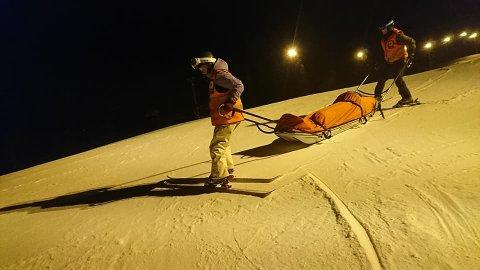 SIKKER KJØRING: Når Ankenes Røde Kors henter folk ned fra alpinbakken kjører en person framfor pulken og en står bak å bremser. Foto: Ankenes Røde Kors